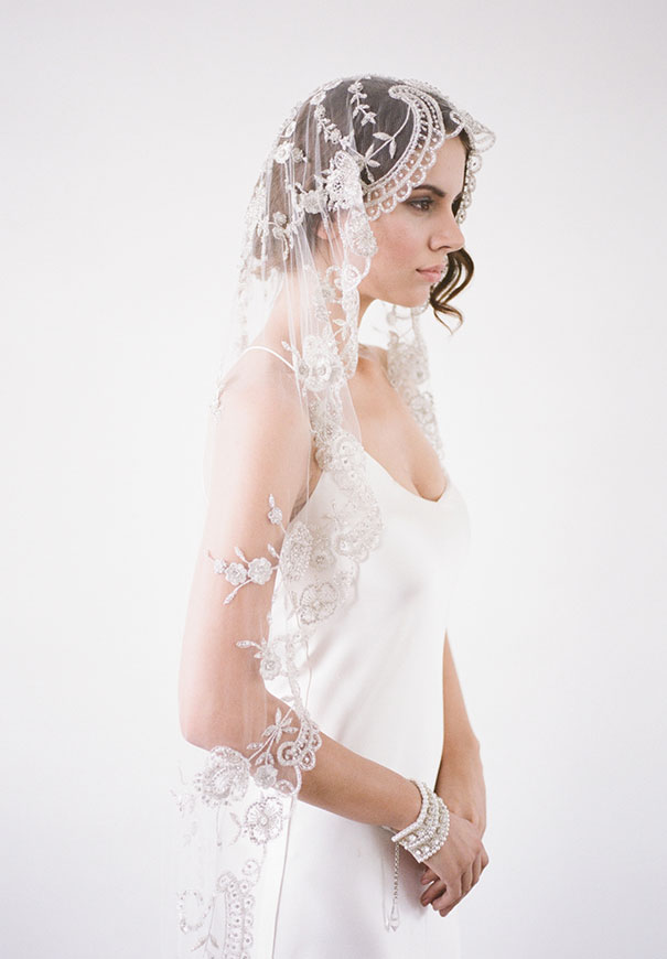 bridal-hair-accessories-veil-robe-lace-gold-pearl14